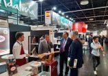 El consejero delegado de Extenda, Arturo Bernal, visita a las empresas andaluzas en Anuga