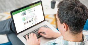 Usuario viendo la página web de Extenda en un ordenador