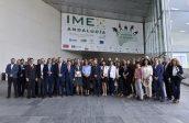 La consejera de Conocimiento, Investigación y Universidad, Lina Gálvez, junto a la consejera delegada de Extenda, Vanessa Bernad, junto a los profesionales de la Red Exterior de Extenda en IMEX Andalucía