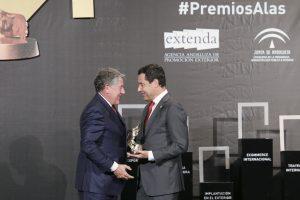 El presidente de Migasa, Miguel Gallego, recibe de manos del presidente de la Junta de Andalucía, Juanma Moreno, el Premio Alas a la 'Trayectoria Internacional' de empresa