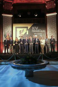 El presidente de la Junta de Andalucía, Juanma Moreno, con los ganadores de Premios Alas