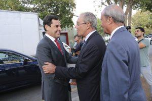 De izquierda a derecha: El presidente de la Junta de Andalucía, Juanma Moreno, el consejero de Economía, Rogelio Velasco, y el presidente del Consejo Andaluz de Cámaras de Comercio, Antonio Ponce