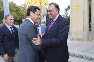 El presidente de la Junta de Andalucía, Juanma Moreno, saluda al consejero delegado de Extenda, Arturo Bernal