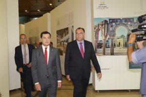 El presidente de la Junta de Andalucía, Juanma Moreno, y el consejero delegado de Extenda, Arturo Bernal