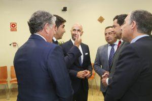 El presidente de la Junta de Andalucía, Juanma Moreno, recibe a los ganadores de Premios Alas