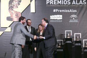 El consejero delegado de Extenda, Arturo Bernal, entrega el premio en 'Iniciación a la Exportación' a los miembros de Ly Company