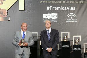 El presidente de Onubafruit, Antonio Tirado, recibe el Premio Alas a la 'Empresa Exportadora' de manos del consejero de Economía, Rogelio Velasco