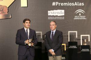 El consejero de Presidencia de la Junta de Andalucía, Elías Bendodo, entrega el Premio Alas en 'Implantación Exterior' al presidente de Prodiel, Ángel Haro