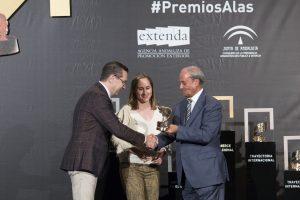 El presidente del Consejo Andaluz de Cámaras de Comercio, Antonio Ponce, entrega el Premio Alas en ' Ecommerce Internacional' a los fundadores de Ortiz & Reed