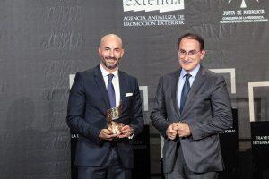 El presidente de Landaluz, Álvaro Guillén, tras recibir el Premio Alas a la 'Trayectoria Internacional' como institución de manos del presidente de la CEA, Javier González de Lara