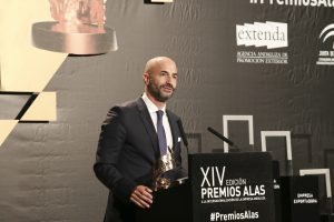 El presidente de Landaluz, Álvaro Guillén, tras recibir el Premio Alas a la 'Trayectoria Internacional' como institución