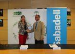 El convenio ha sido rubricado por la consejera delegada de Extenda, Vanessa Bernad y el director regional de Banco Sabadell, Rodrigo Molina, en la sede de Extenda.