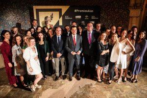 El presidente de la Junta de Andalucía, Juanma Moreno, junto al equipo de Extenda